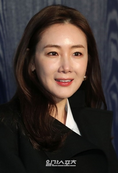 15日、ソウル江南区清潭洞のバーバリー・フラッグシップショップで開かれたイベントに登場した女優チェ・ジウ。