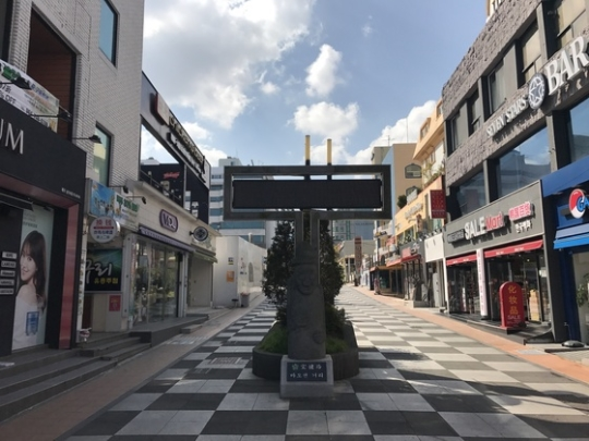 中国政府がTHAAD報復で先月2日に定めた韓国観光禁止措置により、実際の効果が出た初日である15日、中国人観光客でいっぱいだった済州宝健通りが閑散としている。