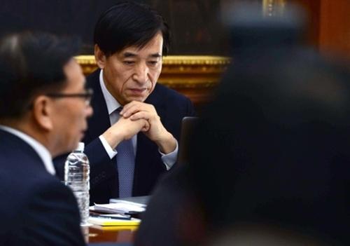 米FRBの利上げ決定に、韓国銀行の悩みが一層深くなった。李柱烈韓銀総裁が昨年12月、ソウル中区(チュング)の韓国銀行本館で開かれた金融通貨委員会議で考え込むそぶりを見せている。(写真=中央フォト)