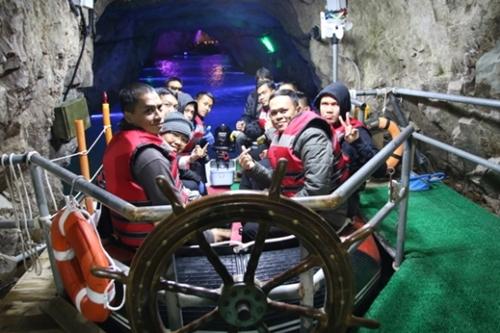 今月13日、タイの観光客が「蔚山紫水晶洞窟の国」を見学するためにボートに乗っている。(写真提供=蔚山市)