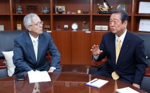 申ガク秀(シン・ガクス)国立外交院国際法センター所長(元駐日大使)と小沢一郎自由党代表が27日、ソウル国立外交院で対談している。