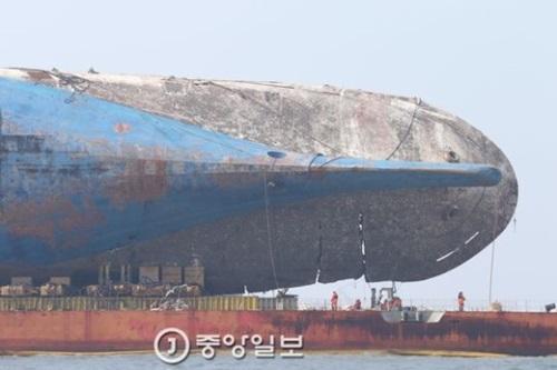半潜水式の運搬船上に載せられたセウォル号の船体。