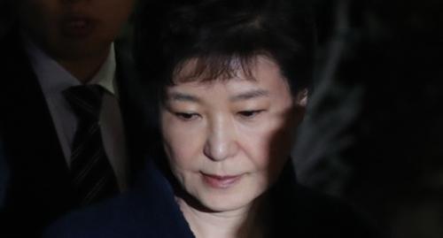 収賄などの容疑で逮捕状が請求されていた朴槿恵前大統領が30日午後、ソウル瑞草区ソウル中央地裁で開かれた逮捕前の被疑者尋問(逮捕状実質審査)を終えて裁判所から出てきた。(写真=中央フォト)
