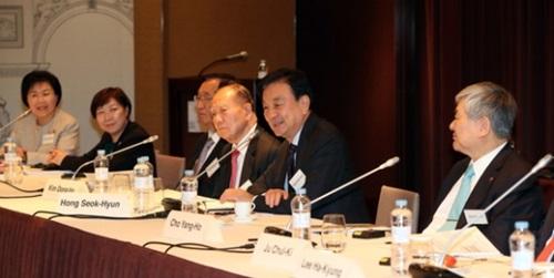 右側から韓進グループの趙亮鎬会長、韓仏クラブの洪錫?会長、釜山国際映画祭の金東虎理事長。