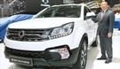 崔鍾植(チェ・ジョンシク)双龍自動車社長が7日、「ジュネーブモーターショー」で新型コランドCを紹介している。(双龍車提供)