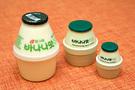 韓国女子の間で話題の「フードメティック」とは、「フード」と「コスメティック」を掛け合わせた新造語。思わず食べたくなってしまう様な食品に似せたパッケージに、香りや成分にこだわった商品が豊富です。代表的な商品は、食品メーカー「ピングレ」とドラックストア「OLIVE YOUNG(オリーブヤング)」がコラボした「バナナ牛乳ハンドクリーム」(6,800ウォン、写真中央)。