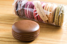 「It's skin(イッツスキン)」の「マカロンリップバーム」(5,800ウォン)は、本物のマカロンと並べてもそっくりの見た目です。ストロベリーやラブチョコなど全5種類があり、甘い香りが特徴です。2011年に発売されて以来人気を保っており、「フードメティック」の先駆け商品として知られます。