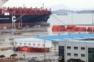 半潜水船へのセウォル号積載が完了し25日午後、陸揚げされたセウォル号が置かれる木浦新港鉄材埠頭の全景。
