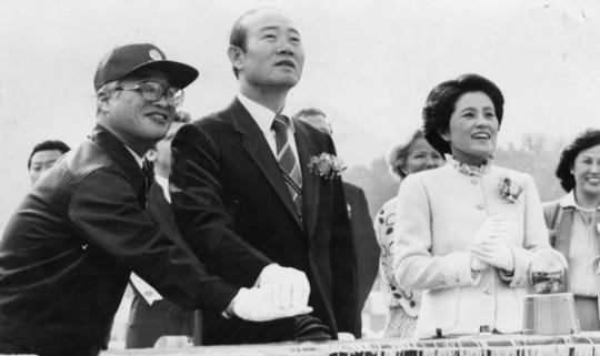 1981年10月、玉浦造船所竣工式に出席した全斗煥(チョン・ドゥファン)元大統領と李順子(イ・スンジャ)夫人。(中央フォト)