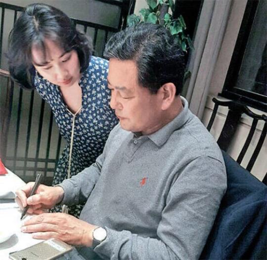 3月26日、中国西安のある飲食店で留学中の黄基鉄(ファン・ギチョル)元海軍参謀総長が中央日報の記者(左)のインタビューに応じている。インタビューはこの日に続き、4月7日の電話インタビューまで2回行われた。