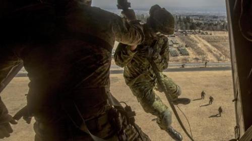 先月日本で行われた「フォレスト・ライト(Forest Light)」日米連合訓練で、陸上自衛隊員が米海兵オスプレイ垂直離着陸機で強襲訓練をしている。(写真=米海兵隊)