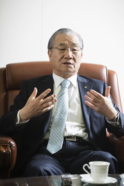 金仁浩貿易協会長は金泳三政府時代、経済首席を務めた正統官僚出身だが、政府の役割よりは企業の自由と競争を重視している。