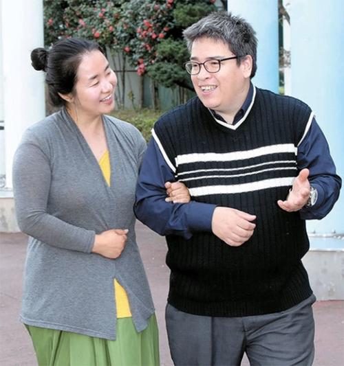 レオナルド・メンドーサさんとシン・ジンヨンさん夫婦が釜山市伽耶洞の大型マート前で話を交わしている。メンドーサさんは「私たちはベストフレンドだ。韓国生活16年の間、色々な人種差別を一緒に経験し、一緒に乗り越えてきた」と笑った。10年以上、教育界で務めてきた夫婦はこの頃、捨て犬の救助事業に力を入れているという。