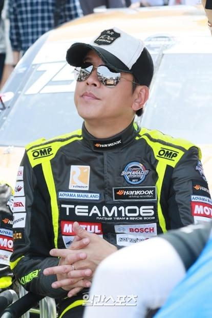 16日、京畿道龍仁市のエバーランド・スピードウェイで行われた「2017年CJ大韓通運スーパーレース・チャンピオンシップ」開幕戦に参加した俳優でレーサーのリュ・シウォン。
