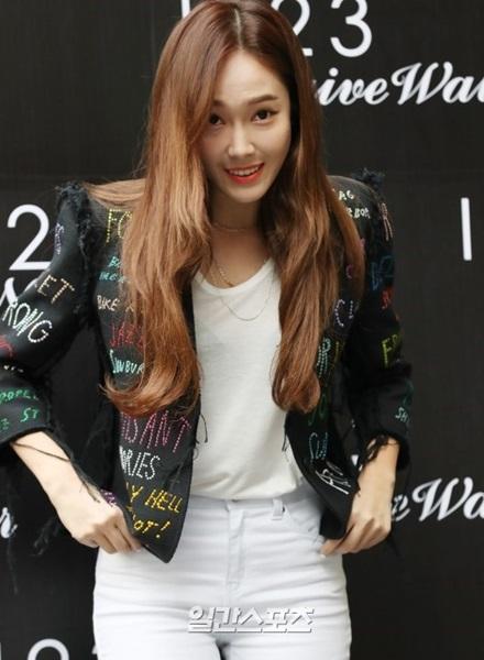 20日午後、ソウル江南区新寺洞で開かれた衣類ブランドのイベントに登場した歌手ジェシカ。