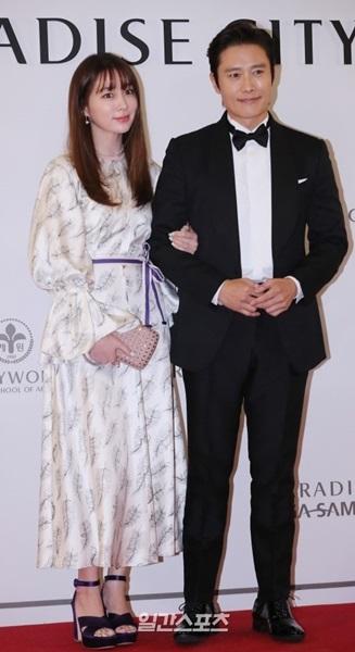 20日午後、仁川永宗島のパラダイスシティオープン記念フォトウォール行事に参加しているイ・ミンジョン-イ・ビョンホン夫妻。