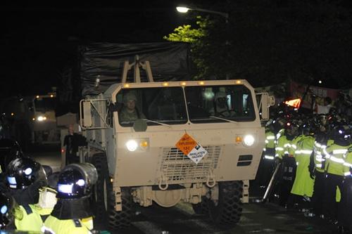 26日午前4時43分ごろ、慶尚北道星州郡草田面韶成里の公民館の前をTHAAD体系に使用される装備が移動している。