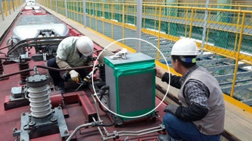 ITX列車の漏電遮断機の役割を担っている主回路遮断機に、作業員がガムテープを貼っている。このような措置はKORAILが運営するITX便23本すべてで行われていた。(写真=読者提供)