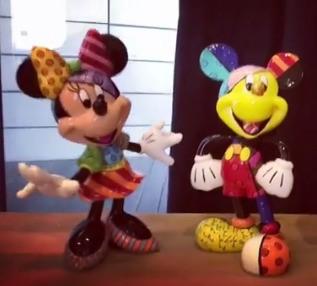 ファン・ハナさんが知人からもらった贈り物の中にミッキーマウスとミニーマウスのフィギュアが含まれていて目を引いている。(写真=ファン・ハナさんのインスタグラム)