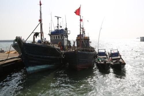 韓国近海で違法操業中に取り締まられた中国漁船。(中央フォト)