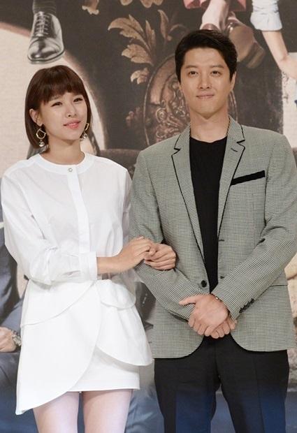 女優チョ・ユニと俳優イ・ドンゴン。