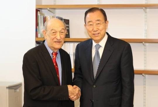 エズラ・ヴォーゲル・ハーバード大名誉教授(左)、潘基文(パン・ギムン)前国連事務総長(右)