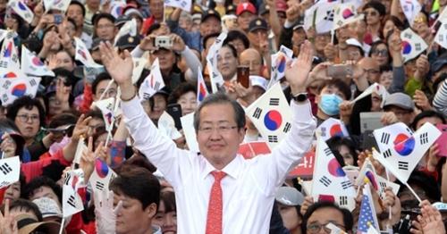 洪準杓(ホン・ジュンピョ)自由韓国党候補が蔚山文化通りで遊説をしている。