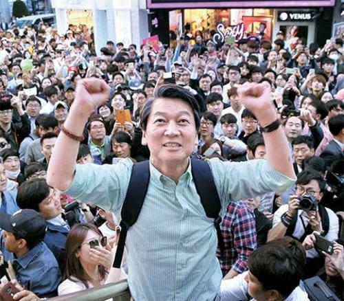 安哲秀(アン・チョルス)国民の党候補がソウル弘大入口駅で遊説をした。両手をあげて支持者にあいさつしている。