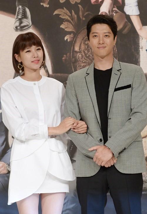 女優チョ・ユニ(左)と俳優イ・ドンゴン