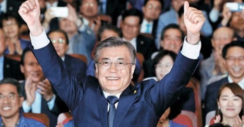 韓国大統領選挙で当選した文在寅(ムン・ジェイン)氏が9日午後、ソウル汝矣島(ヨイド)国会議員会館に設置された共に民主党の開票状況室を訪れ、党関係者の歓呼に応えている。