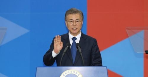 文在寅大統領が10日午前、ソウル汝矣島の国会議事堂で大統領就任宣誓を行っている。