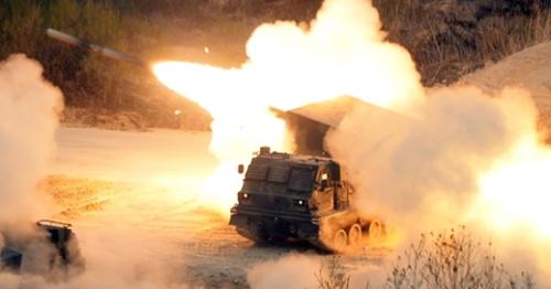 「2017統合火力撃滅訓練」が先月26日午後、京畿道抱川(キョンギド・ポチョン)の陸軍勝進(スンジン)科学化訓練場で実施され、多連装ロケット(MLRS)の発射訓練が行われている。(写真=共同取材団)