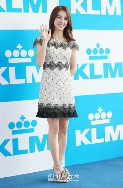 16日、ソウル龍山区梨泰院で行われたKLMオランダ航空広報大使委嘱式を前にフォトウォールでポーズを取っている女優のハン・ヘジン。