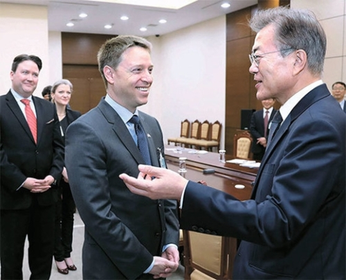 文在寅大統領が16日、青瓦台を訪問した米国家安全保障会議(NSC)のポッティンジャー・アジア上級部長(中)に会った。この日、ユン・ヨンチャン国民疎通首席は「韓米両国が6月末、ワシントンで初めて首脳会談を行うことで原則的に合意した」と明らかにした。左側はマーク・ナッパー駐韓米国大使代理。(写真=青瓦台)