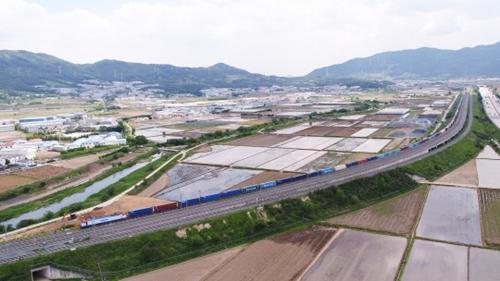 18日、試験運行中の1.2キロの貨物列車(写真提供=KORAIL)