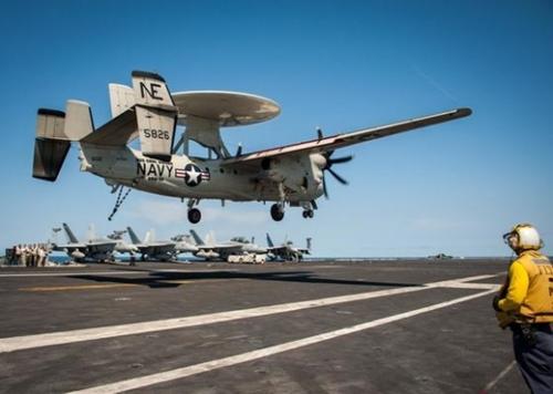20日、東海に展開された「カール・ビンソン」の甲板にE-2ホークアイが着陸している。(写真=米海軍)