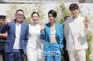 21日、フランスで行われた第70回カンヌ映画祭のフォトコールイベントに登場した(左から)チョン・ビョンギル監督、女優のキム・オクビン、キム・ソヒョン、俳優ソンジュン。