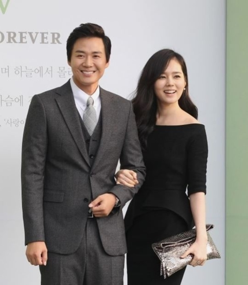 俳優ヨン・ジョンフン(左)と妻のハン・ガイン