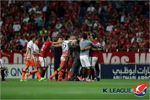 先月31日のアジアチャンピオンズリーグ試合でもみ合う済州と浦和の選手。(写真=プロサッカー連盟)