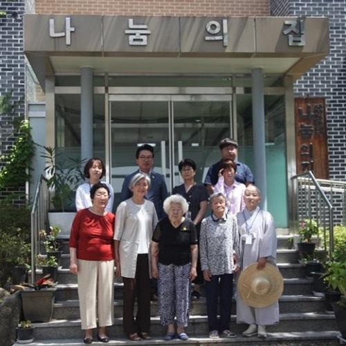 2日、京畿道広州の「ナヌムの家」を訪問した康京和(カン・ギョンファ)外交部長官候補が慰安婦被害者と記念撮影をしている。(写真=ナヌムの家)