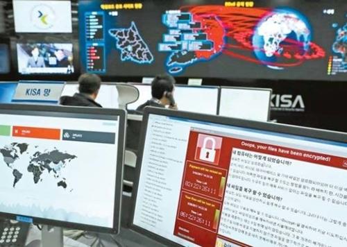 先月15日、ソウル松坡区(ソンパグ)の韓国インターネット振興院で関係者がランサムウェアの電波状況を点検している。
