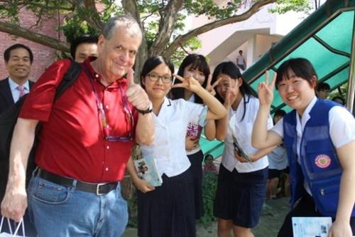 2014年に講演したノーベル化学賞受賞者のアーロン・チカノーバー氏(左)と生徒たち(写真=順天梅山女子高校)