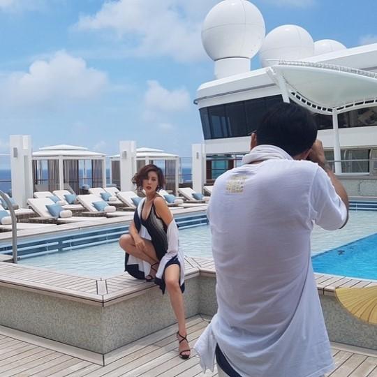 女優キム・ソンリョンのグラビア写真の撮影現場の様子(写真=オンラインコミュニティ)