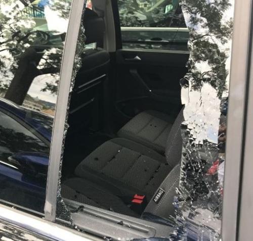 25日、イトゥクが自信のインスタグラムに掲載した自動車の後部座席の様子。ガラスが粉々に割れている。(写真=イトゥクのインスタグラム)