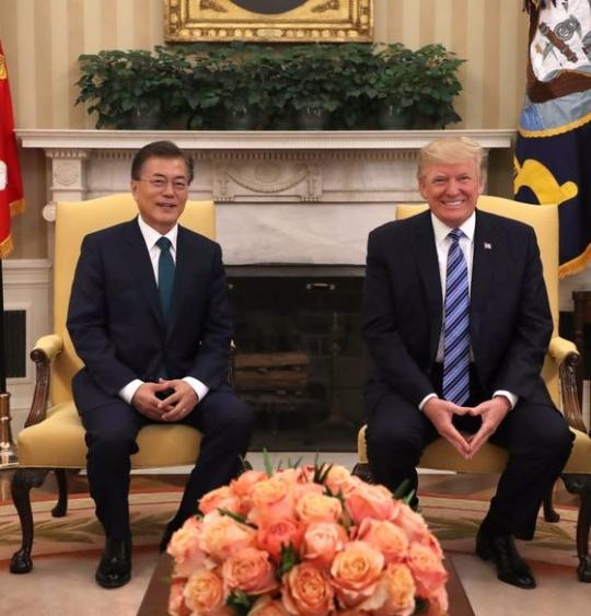 文在寅(ムン・ジェイン)大統領とトランプ米大統領が30日午前(現地時間)、ホワイトハウスのオーバルオフィスで通訳だけを同席させて首脳会談を行った。両首脳は韓米同盟、北朝鮮の核問題、韓米自由貿易協定(FTA)をはじめとする両国懸案について幅広く意見を交わした。
