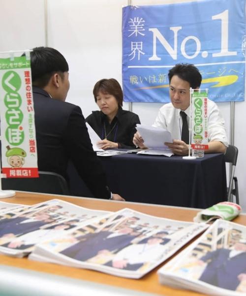 ことし5月、釜山外国語大学校が「日本就職博覧会」を校内の体育館で開催した。日本就職を希望する学生が不動産ソフトウェア開発会社の日本情報クリエイト株式会社のブースで面接を受けている。