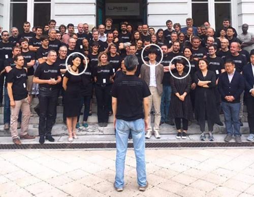 ネイバー役員陣が先月末、仏グルノーブルのゼロックス・リサーチセンター欧州(XRCE)を買収した後、研究陣と記念撮影をしている。左の円からコレリアキャピタルのフルール・ペルラン代表(元フランス・デジタル経済部長官)、李海珍ネイバー創業者、韓聖淑(ハン・ソンスク)代表。後ろ姿はネイバーLabsのソン・チャンヒョン代表だ。(写真=ネイバー)