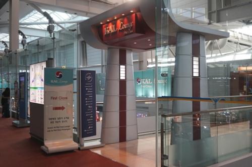 仁川空港にある大韓航空のラウンジ。ファーストクラス・ビジネスクラスの乗客だけが利用可能なラウンジで大韓航空・アシアナ航空はエコノミークラスの乗客から料金を受けて軽食や酒を提供した。(中央フォト)