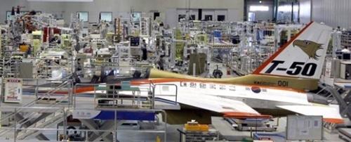 韓国航空宇宙産業(KAI)泗川工場で生産中のT-50。T-50は訓練と軽攻撃機として活用できる全天候高等訓練機だ。マッハ1.5で飛行し、最大4.5トンの武装ができる。高い価格だが性能が優れており東南アジアへの輸出が続いている。(写真=中央フォト)