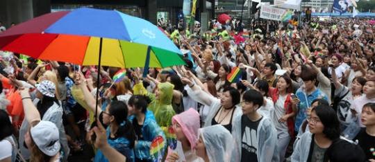 クィアカルチャーフェスティバルとパレードが15日にソウル広場と乙支路、鍾路一帯で開かれた。参加者が行進している。
